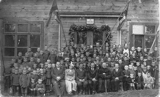 I-IV skyriaus mokiniai 1935 m. prie naujos pradinės mokyklos